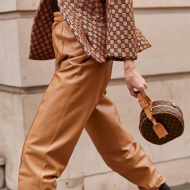 Braunes Leder: Frau mit brauner Lederhose