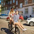 Horoskop: Zwei Frauen auf einem Fahrrad
