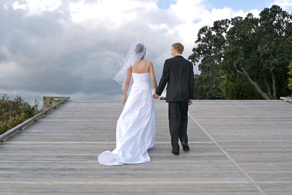 Whisper: Ein Brautpaar geht dunklen Wolken entgegen