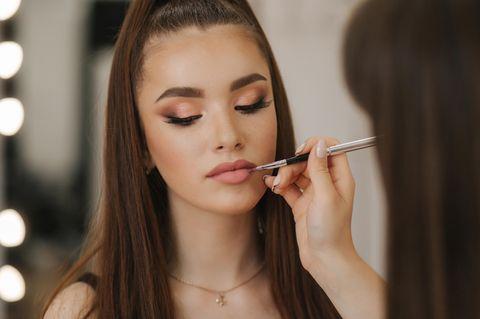 Beautyfehler: Frau wird geschminkt