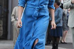 Neues Kleid, aber ihren heiß geliebten Wedges blieb Meghan treu. Warum auch nicht, schließlich passen sie auch zu Look zwei ganz wunderbar.
