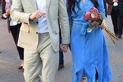 Kaum angekommen, schmiss sich Meghan auch schon in ihr zweites Outfit für diesen Tag. Das schwarz-weiße Wickeldress tauschte die Herzogin gegen diese blaue Hemdblusenkleid vonMayamiko.