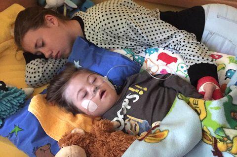 Schwester Nelle mit dem kleinen Pelle im Kinder-Hospiz Sternenbrücke