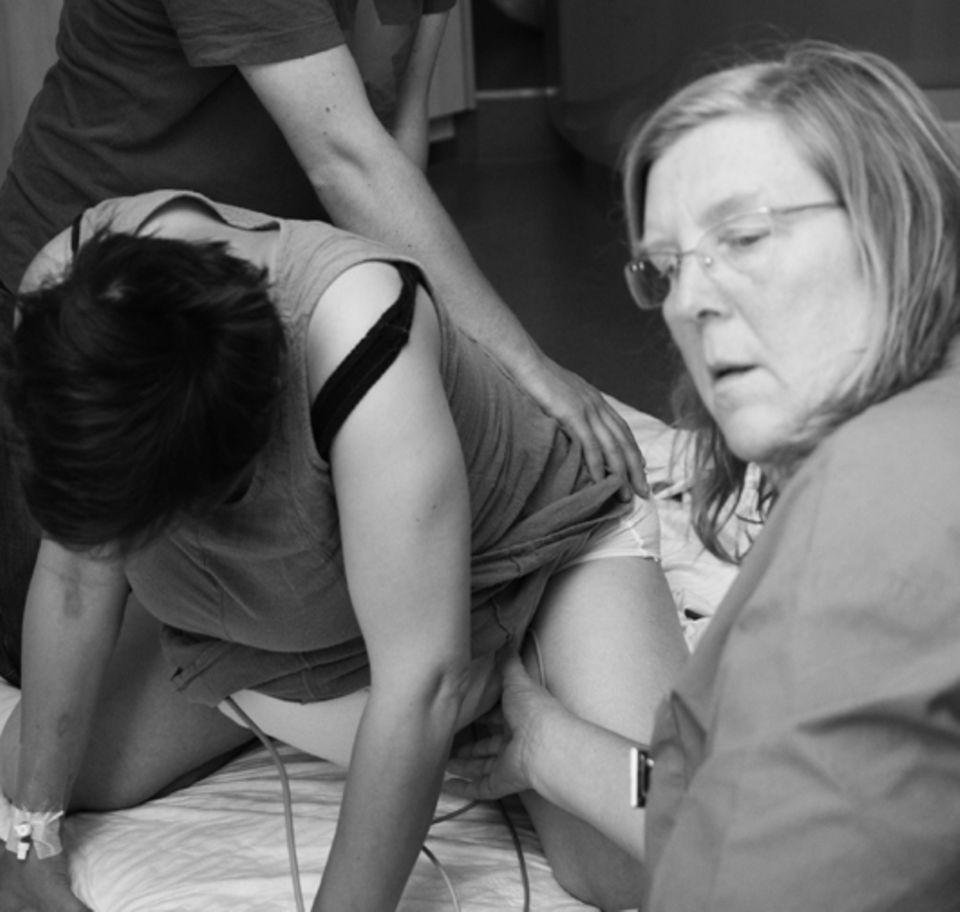 Hebamme Martina Meyer bei einer Geburt
