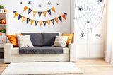 Halloween Deko basteln: Wimpelkette mit Schriftzug