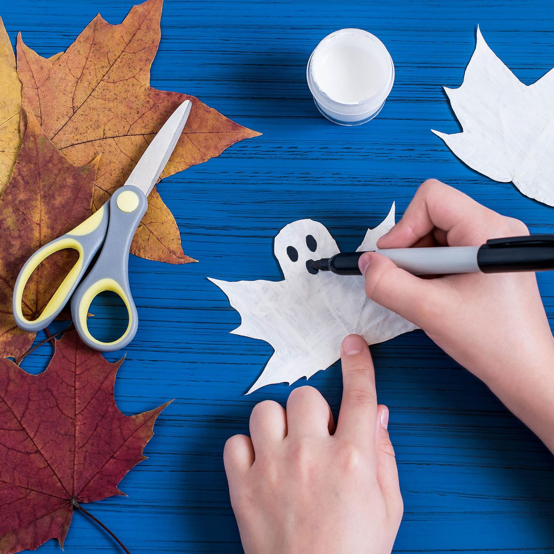 Halloween Deko basteln: Geister aus Ahornblättern