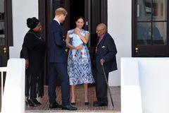 Tag drei der royalen Afrikareise und wieder einmal überzeugt uns Meghan mit ihrem Look. Zu einem luftigen Midikleid in blau-weiß kombiniert sie schlichte Rauleder-Pumps. Ihr schönstes Accessoire trug die Herzogin allerdings im Arm.