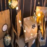 Adventskalender 2019: Tütchen hängen an Schnüren