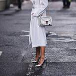 Streetstyle-Look: weißes Kleid und silberne Schuhe