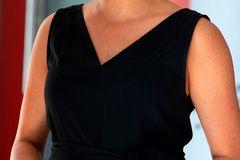Zum strengen Bun trägt Meghan elegante vergoldete Statement-Ohrringe von Gas Bijoux (rund 150 Euro) und verpasst ihrem Look damit ein modisches Update.