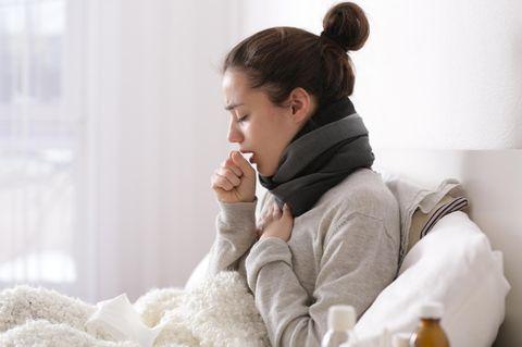 Hausmittel gegen Bronchitis: Frau hustet