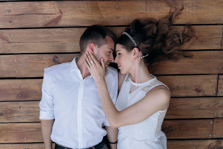 Horoskop: Paar guckt sich verliebt an