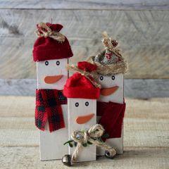 Schneemann basteln: Schneemänner aus Holzklötzern