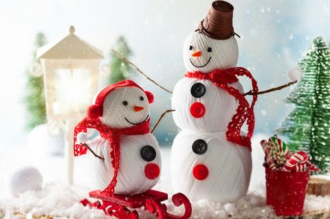 Schneemann basteln aus Garnrollen
