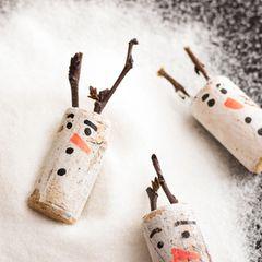Schneemann basteln aus Korken