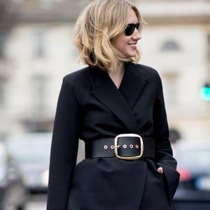 Du hast noch keinen breiten Taillengürtel in deinem Sortiment? Dann aber schnell! Denn nicht nur Powersuits wie dieser hier werden durch das It-Accessoire zum noch stylischeren Look.