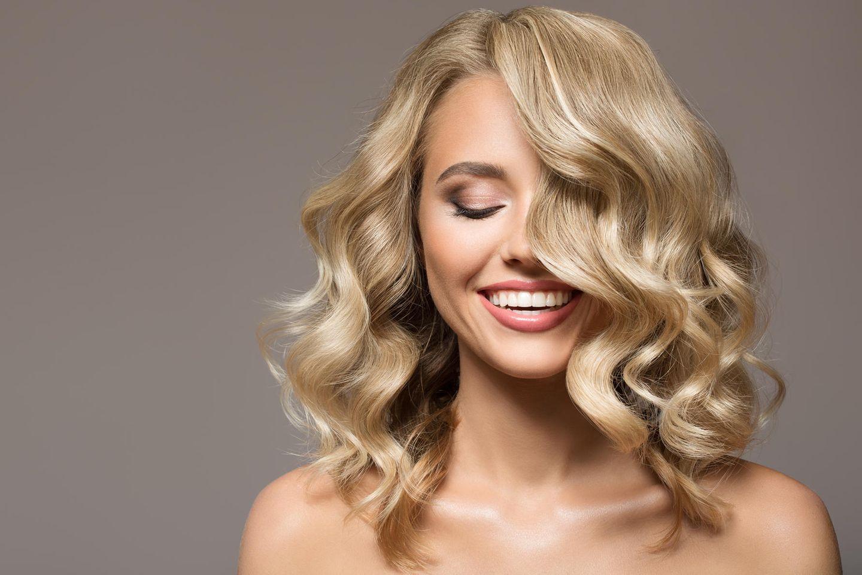 Kopfhautpeeling: Frau it glänzendem Haar