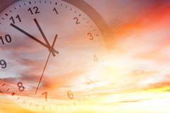 Zeitumstellung? Uhr im Hintergrund des Himmes
