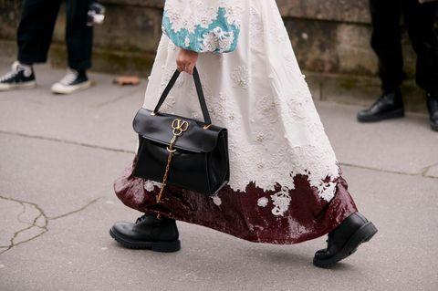 Biker-Boots: Frau mit Tasche und Boots