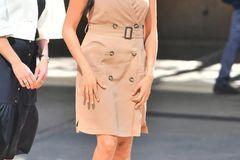 Für den Besuch der Universität in Johannesburg setzte Meghan wieder einmal auf einen coolen und modernen Look. Das beigefarbene Trenchkleid setzt die schöne Figur der Herzogin in Szene, dazu verzichtet sie fast vollständig auf Accessoires. ist auch gar nicht nötig, Meghans Strahlen ist schließlich schmückend genug.