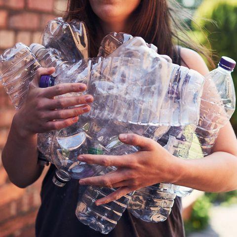 Umweltbewusstsein: so änderst du deine Gewohnheiten: Frau mit Jutebeutel