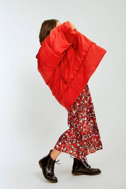 Fair Fashion 2019: Die schönsten Winterlooks: Rotes Kleid mit roter Steppjacke