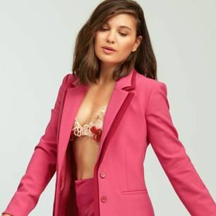 Fair Fashion 2019: Die schönsten Winterlooks: Pinker Hosenanzug