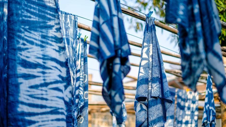 Batiken: gebatikte Stoffe an einer Leine