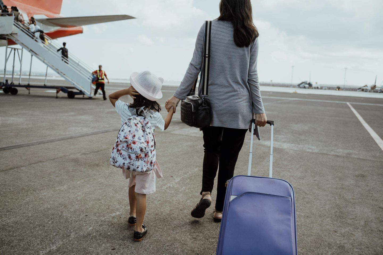 Whataboutism: Was ist das eigentlich?: Mutter und Kind auf Flughafen