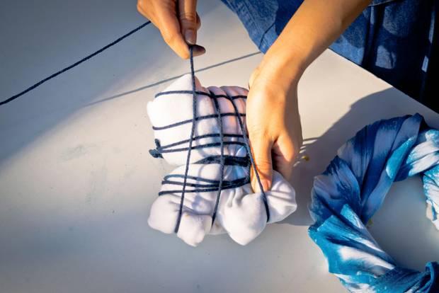 Batiken: Stoff mit Schnüren umwickelt
