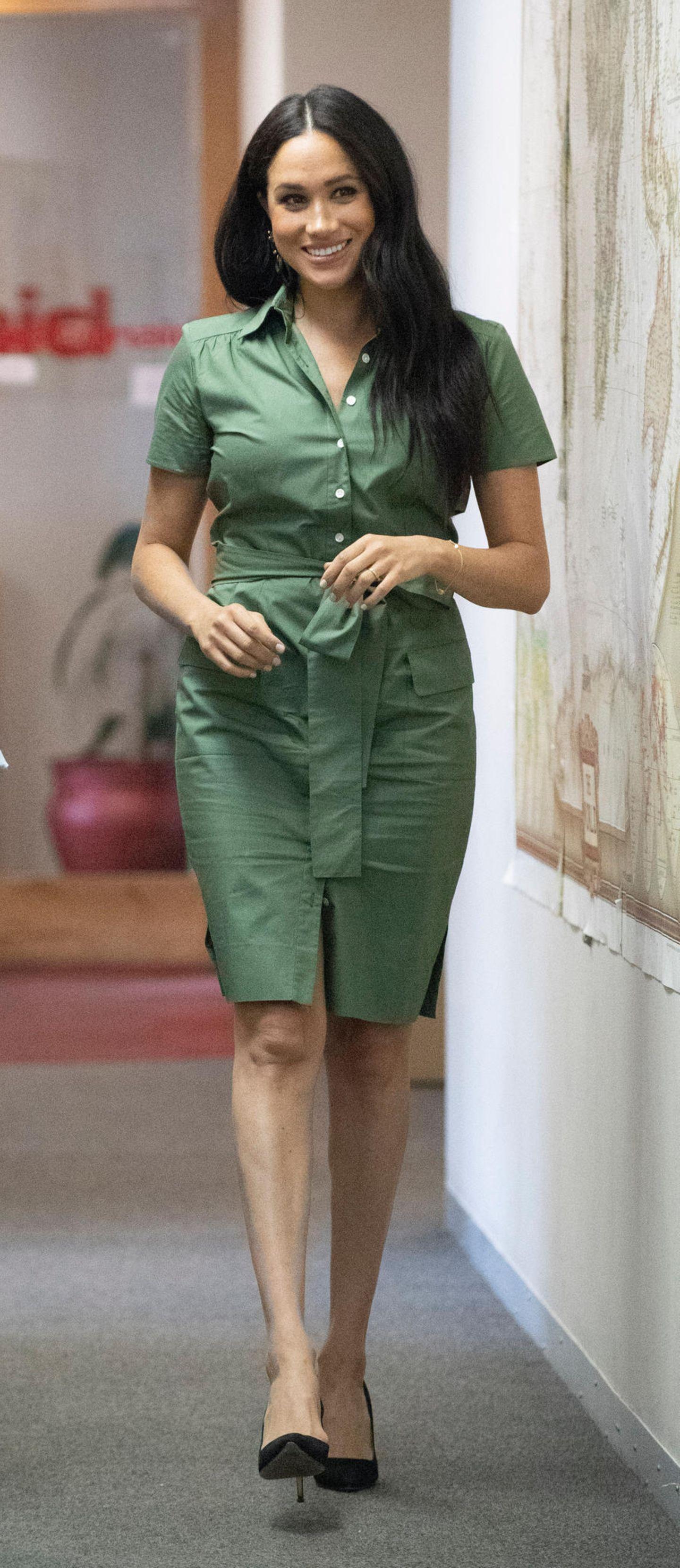 Apropos Hemdblusenkleider: Hier kommt der Beweis, dass Meghan dem Fashion-Piece komplett verfallen ist. Diese militärgrüne Modell schmeichelt vor allem dem Teint der Royal.