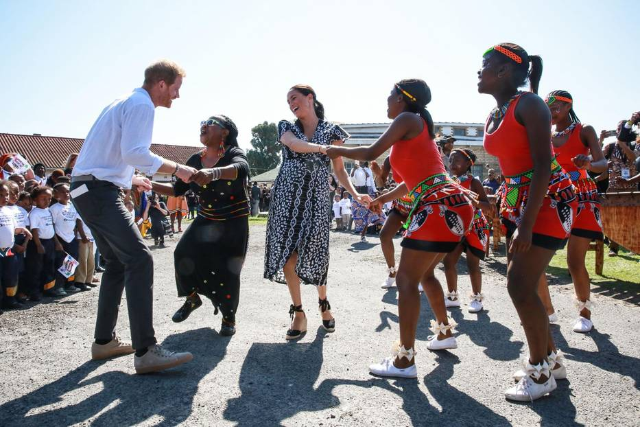 Herzogin Meghan + Prinz Harry in Afrika: Meghan Markle und Prinz Harry tanzen