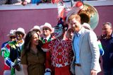 Herzogin Meghan + Prinz Harry in Afrika: Meghan Markle und Prinz Harry posieren mit Clown