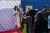 Herzogin Meghan + Prinz Harry in Afrika: Meghan Markle und Prinz Harry stehen vor einem Mikrophon