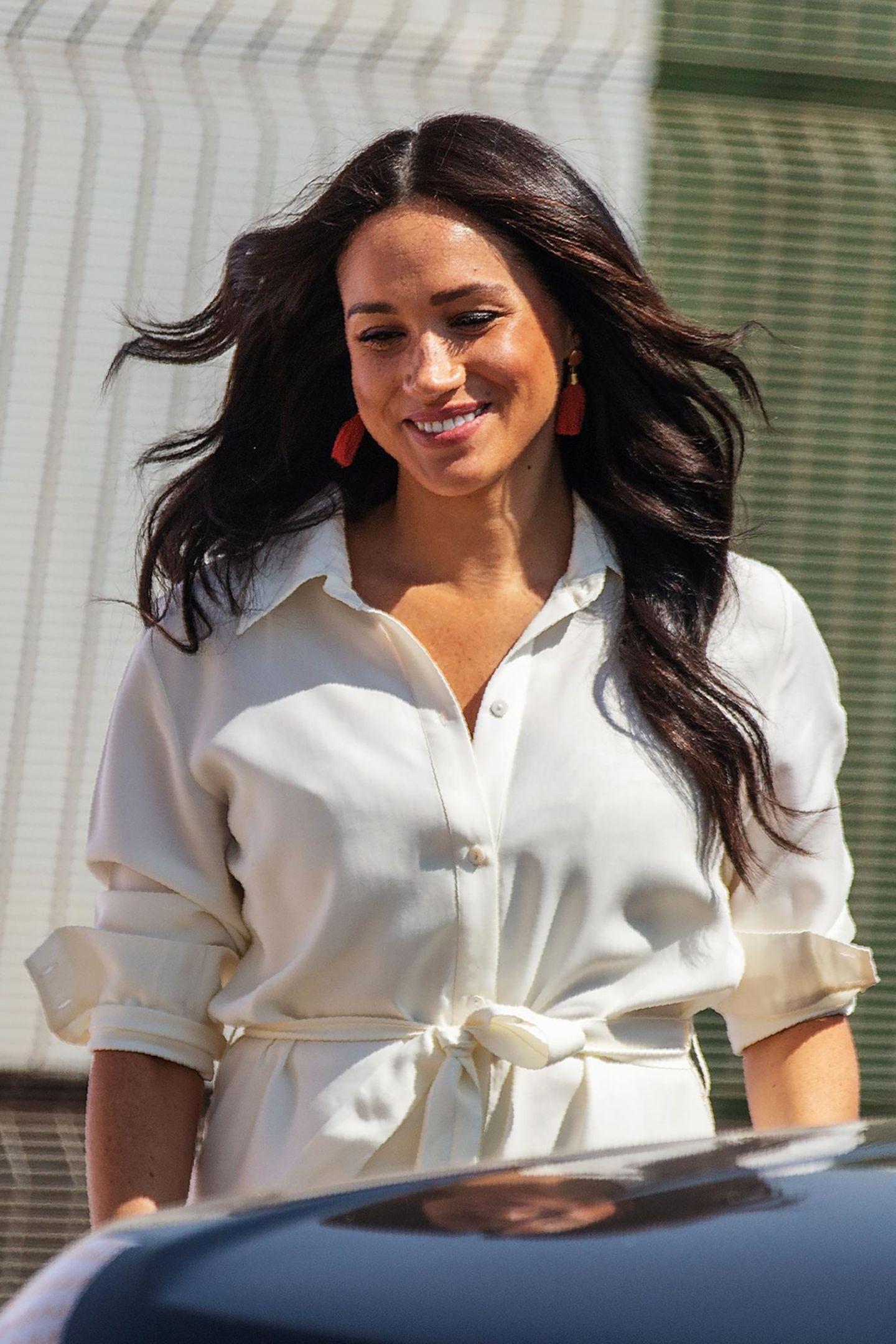 Um den Look zusätzlich Glamour zu verpassen, setzt die Herzogin wieder auf elegante Statement-Ohrringe.