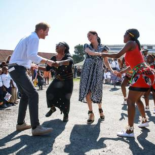 Herzogin Meghan+Prinz Harry in Afrika: Meghan Markle und Prinz Harry tanzen