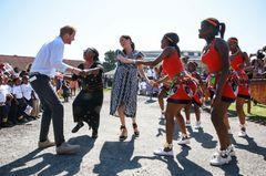 Herzogin Meghan+Prinz Harry in Afrika: Meghan Markle und Prinz Harry tanzen