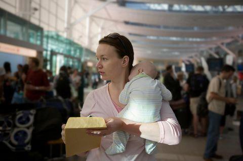 Fliegen mit Baby: Warum Mütter sich an Flughäfen Botschaften hinterlassen