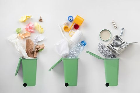 Müll richtig trennen – ein Trennungsguide: Mülltonnen mit Müll