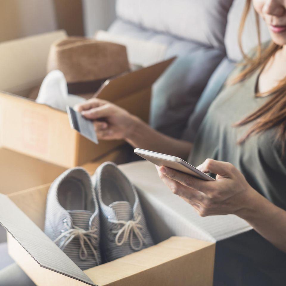 Öko-Bilanz: Wie umweltfreundlich ist Online-Shopping?: Frau mit Schuhpaket