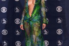 Promikleider: Jennifer Lopez posiert im grünen Kleid