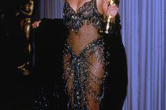 Promikleider: Cher mit zwei Oscar Preis in der Hand
