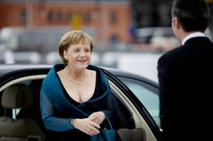 Promikleider: Angela Merkel steigt aus einem Auto