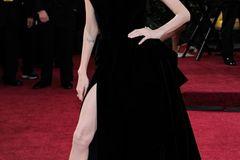 Promikleider: Angelina Jolie posiert auf dem roten Teppich