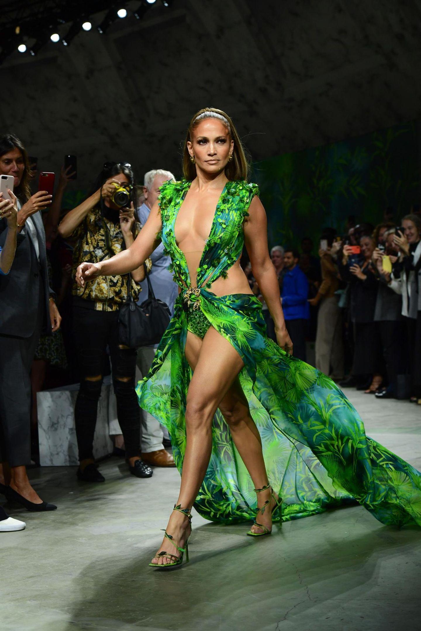 Promikleider: Jennifer Lopez auf dem Laufsteg