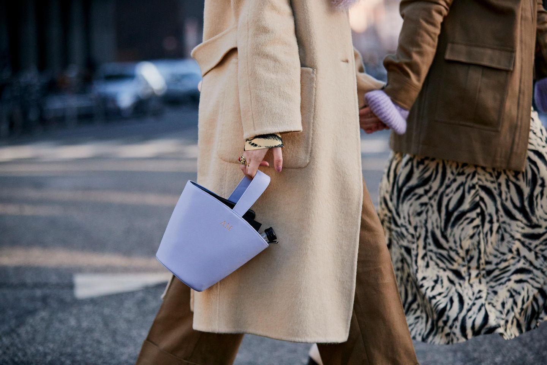 Knöpfe am Mantel: Frau bei der Fashion Week