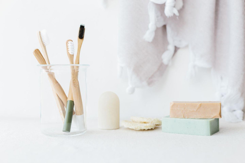 Nachhaltige Pflege – Greenfluencerin öffnet ihre Badezimmerschränke: Pflegeprodukte im Badezimmer