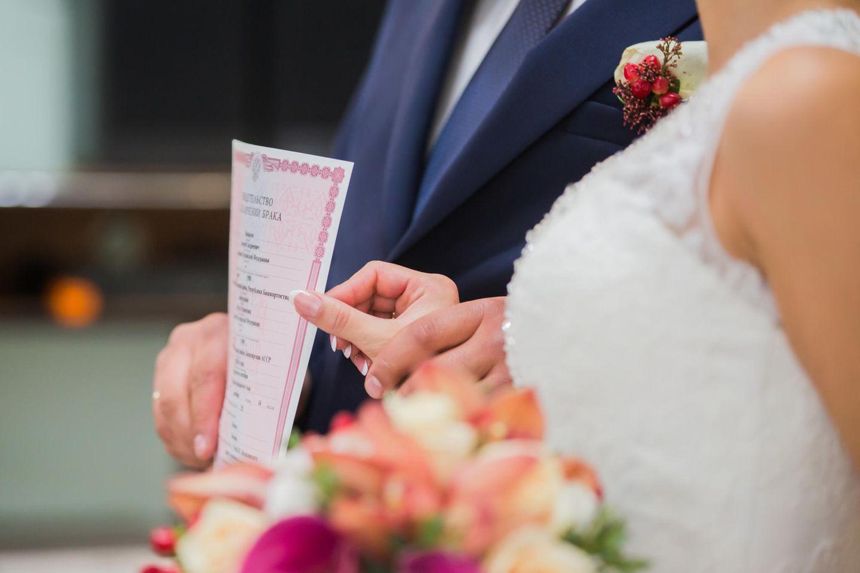 Whisper: Ein Brautpaar vor dem Altar