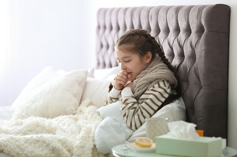 Chronische Bronchitis: Krankes Mädchen im Bett