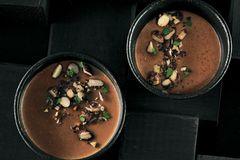 Pots de Crème mit Macadamiastreuseln